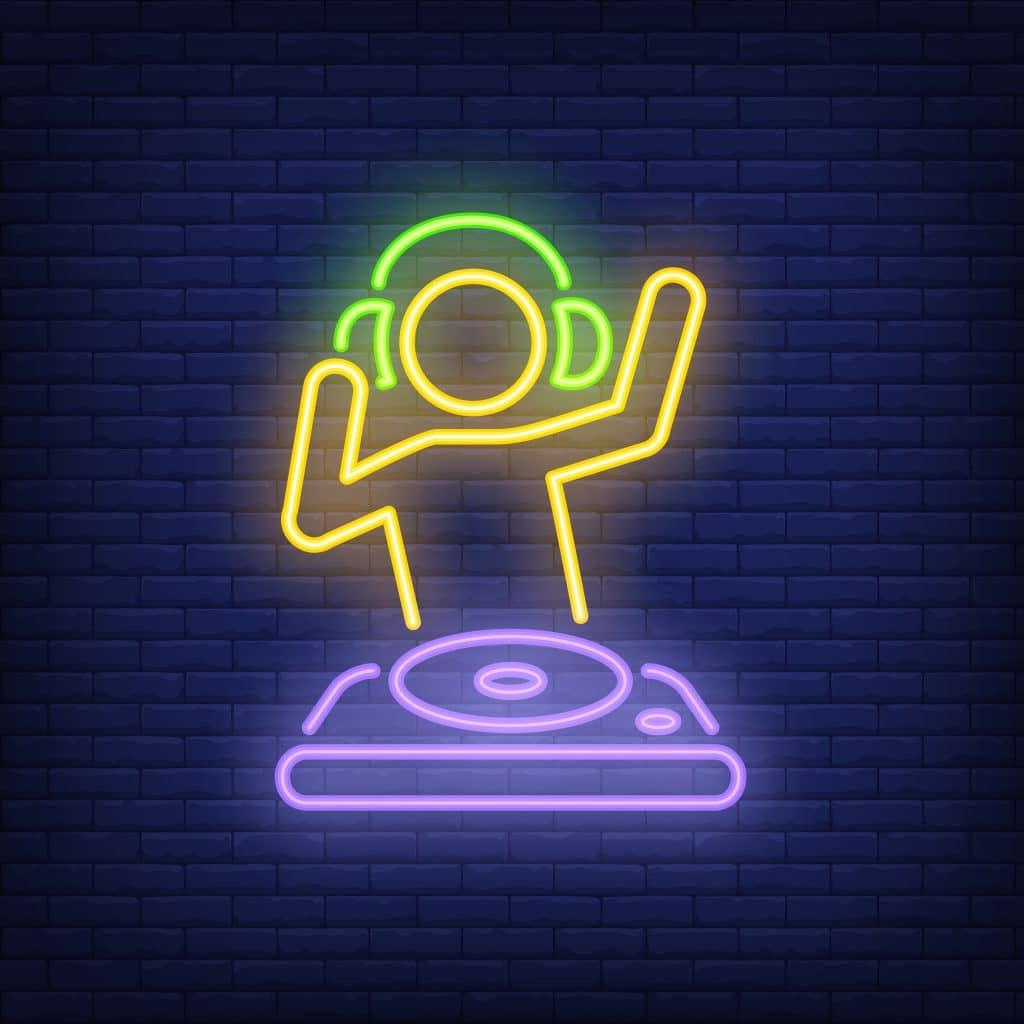 Silhueta de um DJ em luzes neon