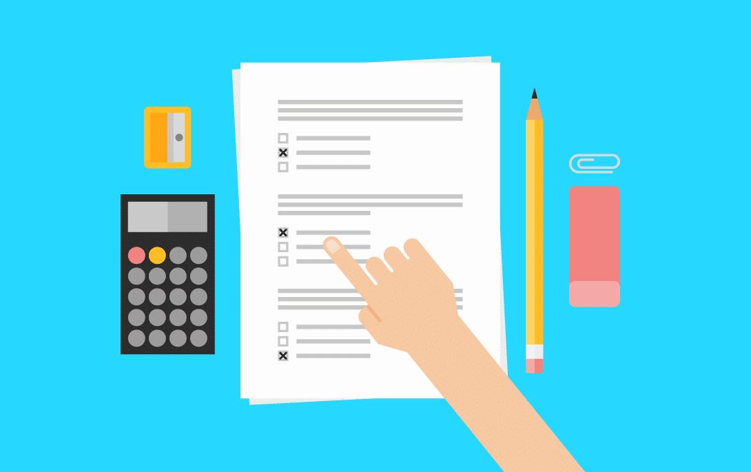 Prova, calculadora, apontador, lápis e borracha sobre uma mesa. Há uma mão indicando uma resposta na prova.