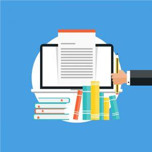 Uma mão segura um lápis. Ao lado há a tela de um computador com uma folha de papel saindo dela. Abaixo do computador há vários livros.