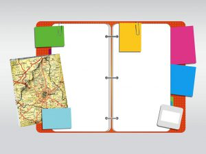 Fichário aberto com post its colados nas páginas. Há, também um mapa sobre o fichário.