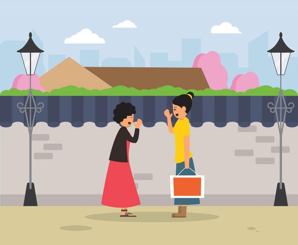Duas garotas em pé conversando e sorrindo na rua representando a ideia de dar uma palavra de conforto para um amigo que está com ansiedade antes do Enem.