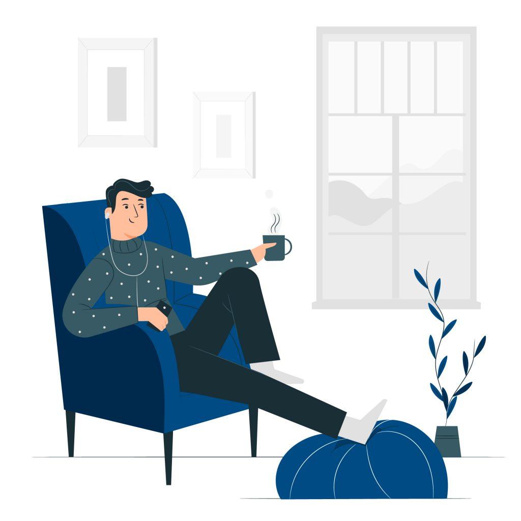 Rapaz sentando em um sofá ouvindo música em fones de ouvido e segurando uma xícara de café. Ele está sorrindo e relaxado.